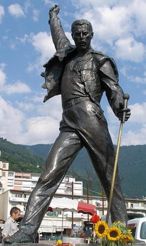 http://a10.idata.over-blog.com/3/20/33/28/Queen2/freddie-20statue.jpg